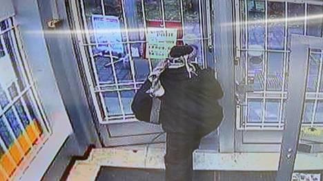 Knuutilankankaan kauppaliikkeen epäilty ryöstäjä lauantaina 13.10. puoliltapäivin.