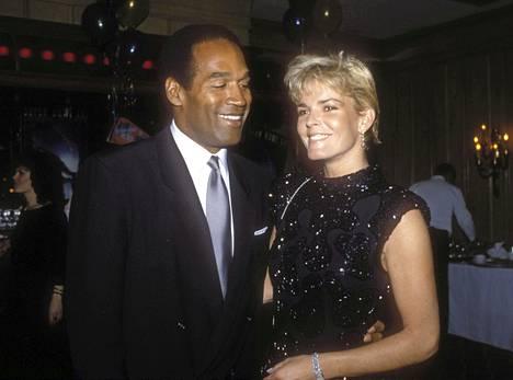 O.J. Simpson ja Nicole Brown näyttäytyivät julkisuudessa onnellisen näköisenä vielä vuonna 1987. Heillä oli kuitenkin paljon ongelmia kulissien takana.