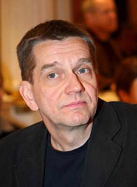 Kirjailija Olli Jalonen on noussut Finladia-veikkausten kärkeen ohi Sofi Oksasen.