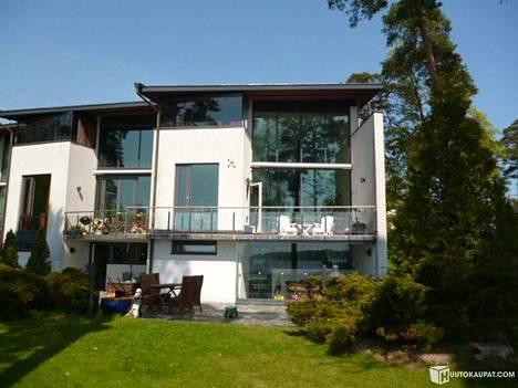 Talo on rakennettu vuosina 1999–2000. Rakennusmateriaali on betoniharkkoa ja rappauspinnoitetta.