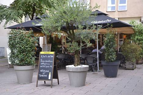 Ravintola, jonka edessä kyltti koronapassivaatimuksesta Strasbourgissa, Ranskassa 16. syyskuuta 2021.