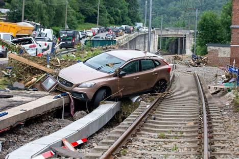 Beligan Valloniassa sijaitsevassa Pepinsterin kylässä auto oli ajautunut junanradalle.