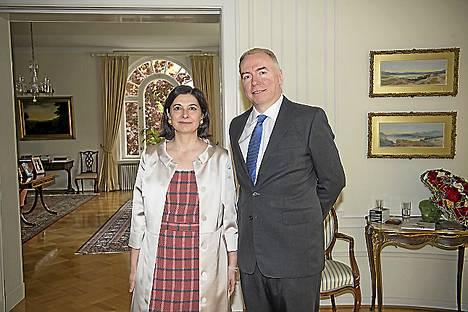 Britannian suurlähettiläs Sarah Price piti juhlat kuningatar Elisabetin syntymäpäivän kunniaksi. Vieraat hän otti vastaan miehensä Simon McGrathin kanssa.