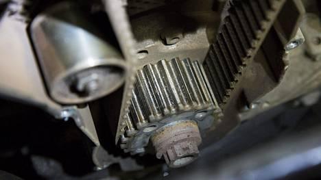 Jakohihnan tehtävä on moottorin toiminnan kannalta merkittävässä roolissa. Kuvituskuva.