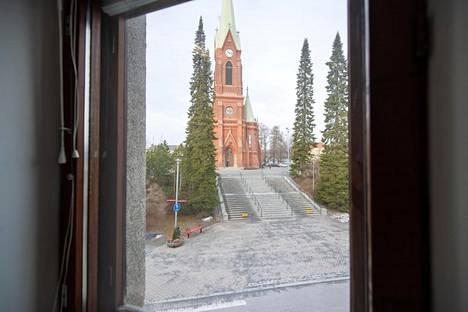 Lähellä sijaitsevat rautatieasema ja Tuomiokirkko.