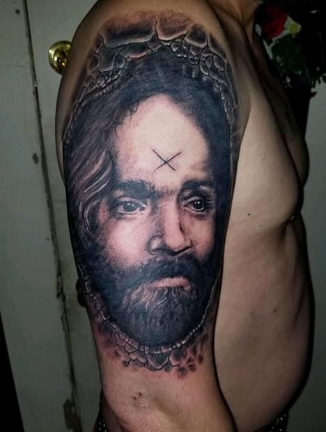 Gillikin väittää käyttäneensä Mansonin tuhkaa kulttijohtajaa esittävässä tatuoinnissa.