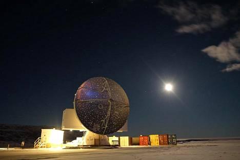 Tämä Grönlannin Thulessa sijaitseva radioteleskooppi keräsi havaintoja historialliseen kuvahankkeseen.
