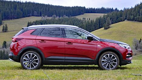 Grandland X PHEV 4x4 on Opelin ensimmäinen hybridimalli, jonka lähtöhinta on Suomessa 49 285 euroa. Autoveroa hinnassa on vain 1 485 euroa.