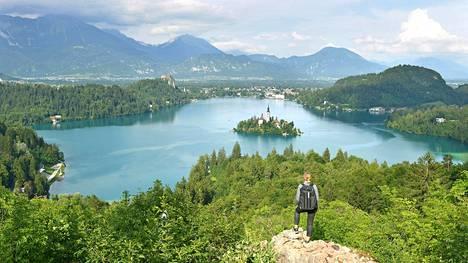 Ojstrican näköalapaikalta avautuvat Bledin upein panoraama. Järven keskellä olevalla saarella on ravintola ja vanha kirkko, jossa monet slovenialaiset viettävät häitään. Saarelle pääsee veneellä tai vaikka sup-laudalla.