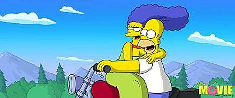 Marge Simpson puhuu suomea Eija Vilppaan äänellä, ja Homer Markku Toikan.