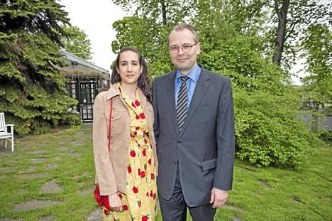 Puolustusministeri Jussi Niinistö saapui juhlaan elämänkumppaninsa, toimittaja Leena Sharman kanssa.
