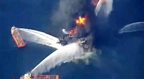 Yhdysvalloissa 11 ihmistä on kateissa öljynporauslautalla syttyneen rajun tulipalon jäljiltä.