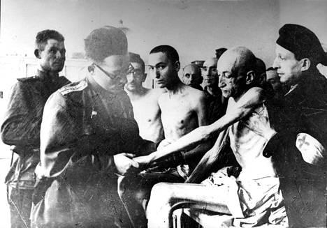 Neuvostojoukkojen armeijalääkäri tekemässä tarkastusta vapautetulle vangille.