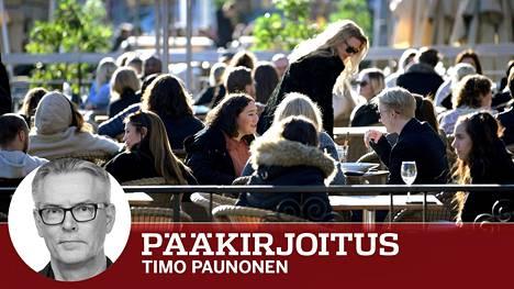 Ruotsi ei lähtenyt sulkemaan ja eristämään. Kahvilat, kaupat ja ravintolat terasseineen toimivat niin kuin ennenkin. Kuva tukholmalaisen ravintolan terassista on otettu maaliskuun lopussa.