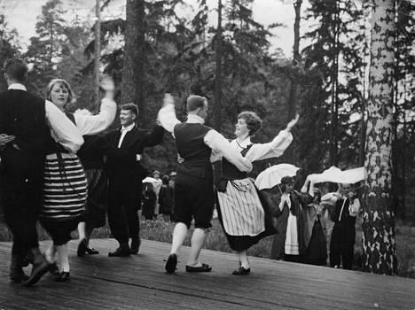 Tanssit. Seurasaaren juhannusvalkeita on järjestetty vuodesta 1954. Kansallispuvuissa pyörähdettiin näin komeasti 1962.