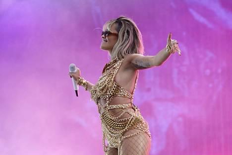Rita Ora esiintymässä Ruisrockissa heinäkuussa 2019.