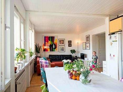 Keittiön iso pöytä koottiin kolmesta kyläkoulun loppuunmyynnistä hankitusta sivupöydästä.