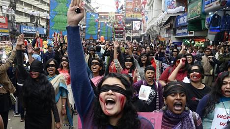 Naisiin kohdistuva väkivalta on ollut viime vuosina tapetilla Intiassa yleisemminkin. Kuva väkivallan vastaisesta mielenosoituksesta Kolkatasta tammikuulta 2020.