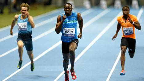 Usain Bolt (kesk.) juoksi sisäratojen 100 metrin ME:n.
