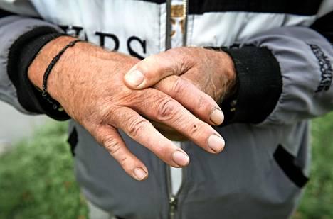 Altti Hakanpään sormi vammautui, kun hän yritti auttaa yhdessä muiden kanssa yhtä vaijereihin kiinni jäänyttä pelastuslauttaa.