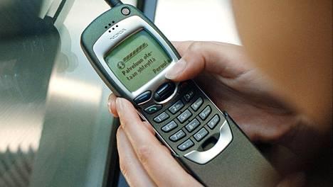 WAP-surffaus oli usein tuskallisen hidasta ja usein myös kallista puuhaa. Kuvassa Nokian ensimmäinen WAP-puhelin, vuonna 1999 julkaistu Nokia 7110.
