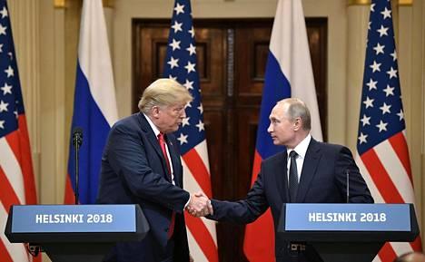 Donald Trump ja Vladimir Putin tiedotustilaisuudessa.