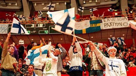 Tältä näytti riemu alkusarjan Norja-ottelussa. Juhlan aiheena on Suomen 4–0-maali. Peli päättyi lopulta 5–2.