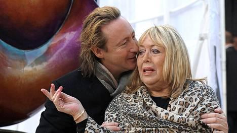 Cynthia Lennon yhdessä Julian-poikansa kanssa.