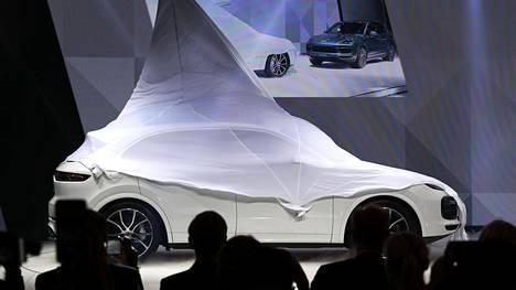 Korimuodot saattavat häpeilemättä korostaa auton korkeutta, joka välillä muistuttaa jo eläintarhassa uhittelevan riikinkukon röyhistelyä, kirjoittaa toimittaja ja automuotoilija Timo Suomala Frankfurtin autonäyttelyn alkumetreillä. Kuvassa Porsche Cayennen paljastustilaisuus.