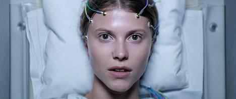 Thelma kertoo ahdistavan uskonnollisen kasvatuksen saaneesta nuoresta naisesta (Eili Harboe), joka opiskelemaan muutettuaan alkaa huomata kehossaan ja kyvyissään yllättäviä piirteitä.