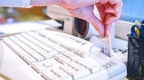 Viron sähköistä henkilökorttia voi käyttää maassa tunnistautumiseen monessa paikassa, esimerkiksi apteekissa reseptilääkkeitä hakiessa.