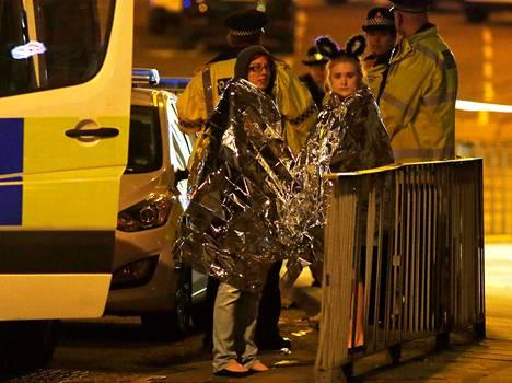 Kaksi naista lämpöhuovat yllään räjähdyksen jälkeen.