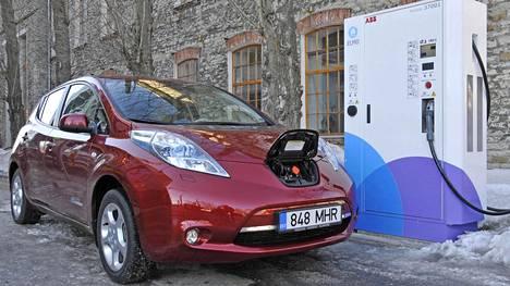 Ensimmäisen sukupolven Nissan Leaf latautuu Tallinnassa. Kuvan auto ei kuulu Elektritakson kalustoon.