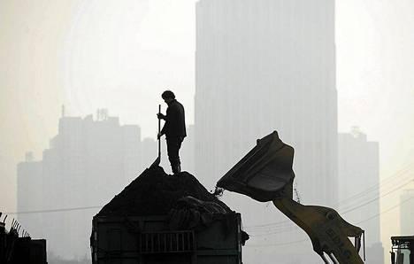 Työntekijä lapioi hiiltä Kiinan Hefeissä, Anhuin maakunssa.