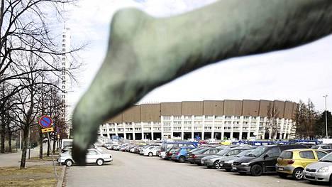 Helsingin Olympiastadionin tienoo kutsuu pian EM-kisaväkeä. Ulkomailta saapuu kuitenkin vain noin 5-10 prosenttia katsojista.