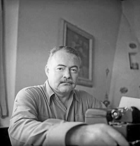 Ernest Hemingway eli kissojen ympäröimänä.