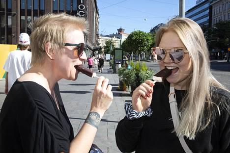 Klaukkalalainen Hanna-Kaisa Lassila, 45, ja turkulainen Marianne Lassila, 22, olivat jätskitauolla Kolmensepänaukiolla, Helsingissä.