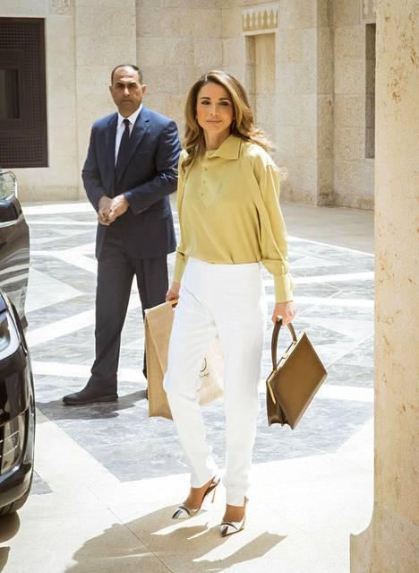 Rento ja kesäinen office-look syntyy siisteistä valkoisista housuista ja kevyestä paitapuserosta.