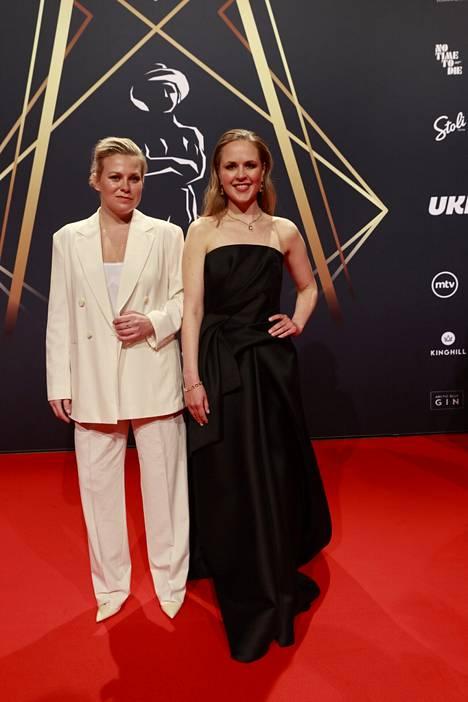 Emmi Parviainen (vas.) ja Ida-Maria Heinonen esiintyvät Seurapeli-elokuvassa. Parviainen on ehdolla parhaan naispääosan palkinnon saajaksi ja Heinonen parhaan naissivuosan palkinnon saajaksi.