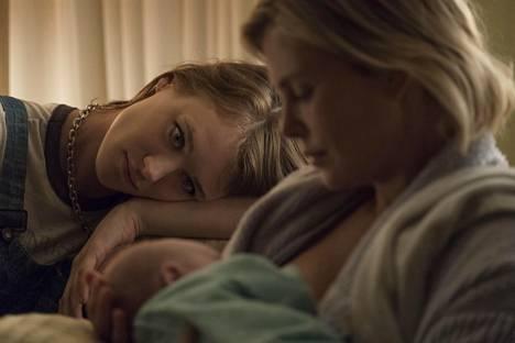 Marlon (Charlize Theron, oik.) saa avukseen nuoren, neuvokkaan ja loputtoman empaattisen lastenhoitaja Tullyn (Mackenzie Davis).