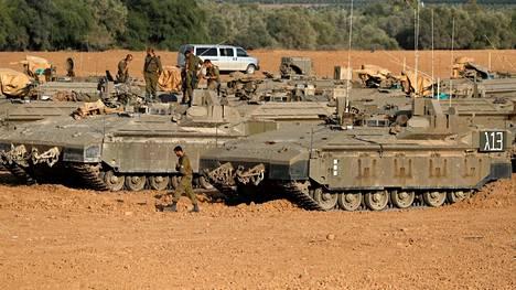 Israelin armeijan panssariajoneuvoja lähellä Gazan kaistaa torstaina.
