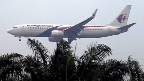 Malesian Airlinesin kone laskeutuu Kuala Lumpurin lentokentälle perjantaina.