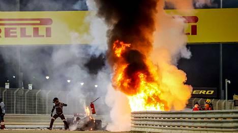Romain Grosjean selviytyi Bahrainin GP:ssä tapahtuneesta onnettomuudesta kuin ihmeen kaupalla.