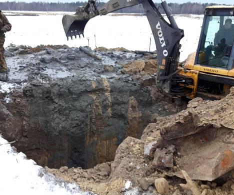 Kaivo oli noin kahdeksan metriä syvä. Ensimmäiset jäännökset löytyivät noin neljän metrin syvyydestä.