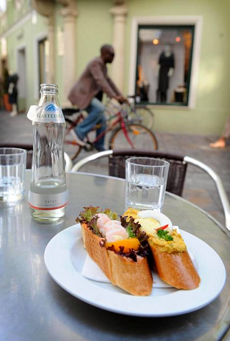 Kesällä ravintoloiden ja kahviloiden terassit levittyvät katujen varsille ja aukiolle. Delikatessen Frankowitschin leivät sopivat pikkunälkään.