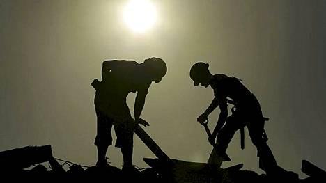 Nämä miehet tekevät töitä armottomassa helteessä Joplinin kaupungissa, jonka keskusta tuhoutui täysi tornadossa kaksi kuukautta sitten.