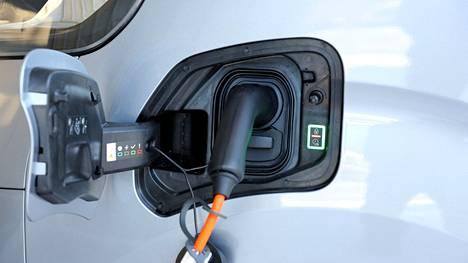 Lataustöpselit lisääntyvät parhaillaan kovaa vauhtia. Sähköautoilijat ry ei kuitenkaan ole asian laitaan tyytyväinen ja yhdistys vaatiikin Suomen hallitukselta entistä määrätietoisimpia toimia liikenteen sähköistymisen vauhdittamiseksi.