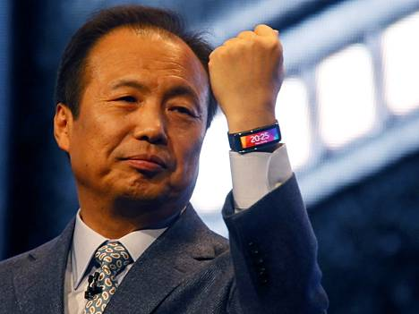 J.K. Shin esitteli Samsungin Gearfit-ranneketta Barcelonan mobiilitapahtumassa.