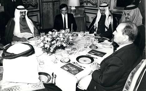 Presidentti Francois Mittarrandin (oik.) neuvonantaja Jacques Attali (toinen vas.) oli mukana lounaalla, kun Saudi-Arabian kuningas Fahd (vas.) vieraili Ranskassa helmikuussa 1984.