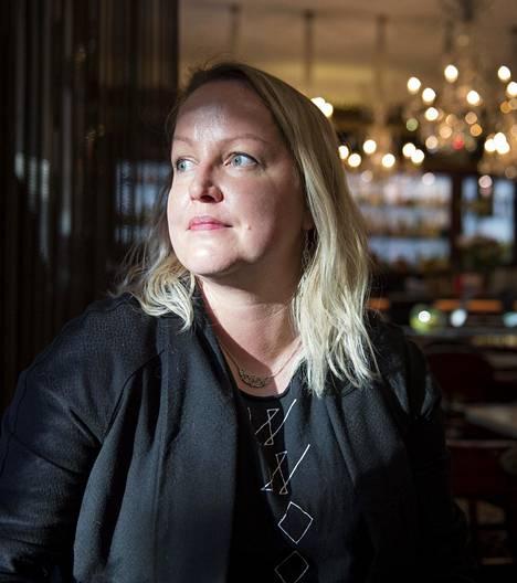 Tietokirjailija Jonna Pulkkinen on kirjoittanut muun muassa kieltolaista ja Jaloviinasta.